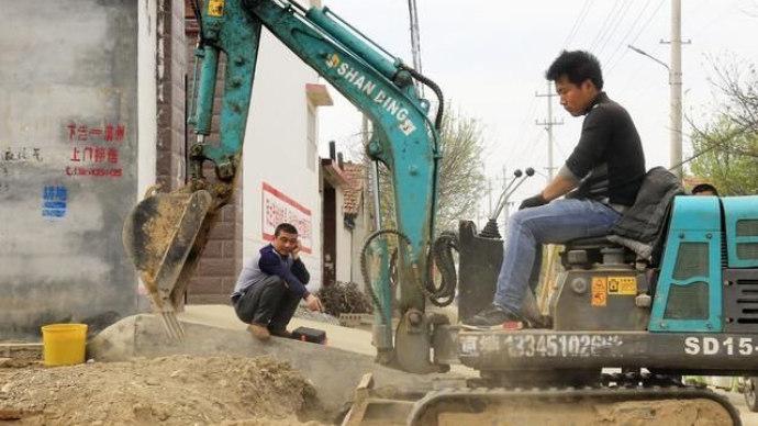 90后农村小伙开迷你挖掘机干工程,日赚800百多!